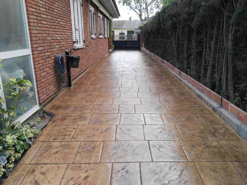Vivenda con pavimentación exterior estampado