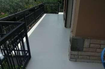 Terraza pavimentada con acabado pintura