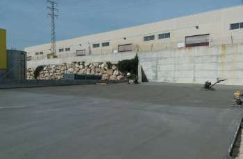 Campo exterior nave industrial